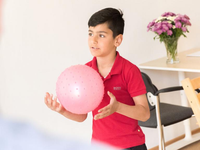 Logopädie - Kind mit Ball