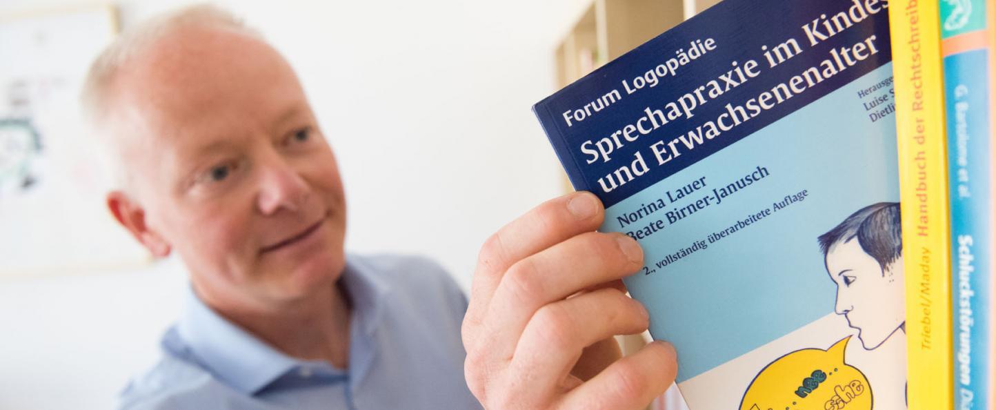 Herr Böhlke mit Logopädie-Fachbuch