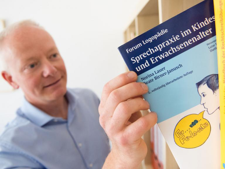 Herr Böhlke liest in Logopädie Fachbuch