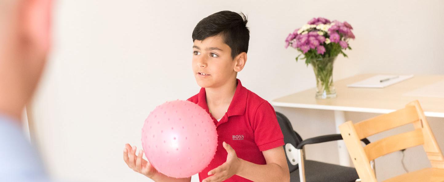 Spachtherapie Logopädie - Kind mit Ball